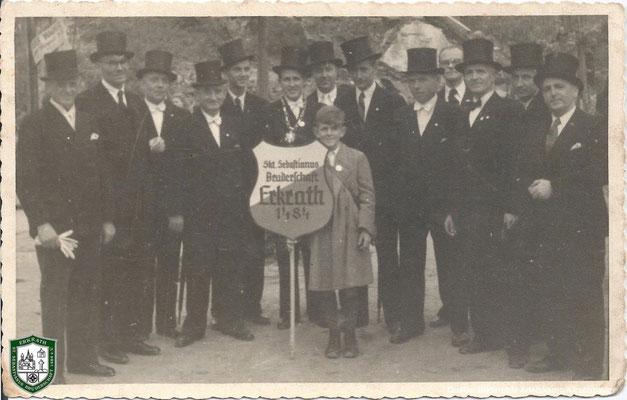 Gruppenbild 1934. v.l.: ?, Albert Adelskamp, ?, ?, ?, ?, ?, ?, ?, ?, ?, ?, Jacob Kirschbaum. Quelle: Bildarchiv Adelskamp/Kirschbaum