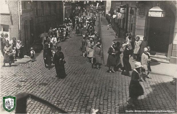Fronleichnamsprozession um 1930. Quelle: Bildarchiv Adelskamp/Kirschbaum