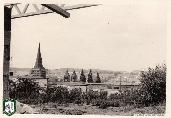Blick über Erkrath mit in Renovierung befindlicher kath. Kirche 1967. Foto: Willy Adelskamp