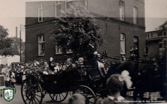 Parade vor dem Rathaus 1934. Quelle: Protokollbuch der SSB