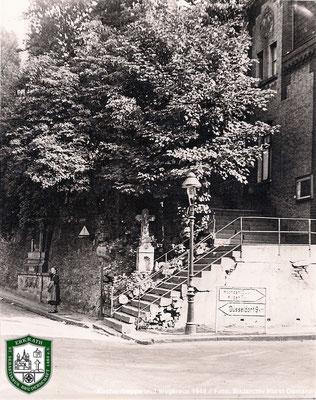 Kirchentreppe und Wegkreuz an der Kreuzstraße. Quelle: Bildarchiv Horst Osmann