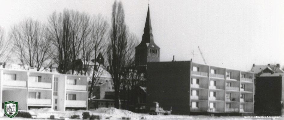 Neubau auf dem Marktplatz. Dazwischen zu erkennen: Schießstand und Kirche. Quelle: Bildarchiv Adelskamp