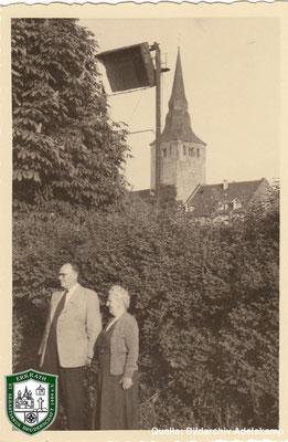 Schießstand und Kirche um 1940. Im Bild: Albert und Margarethe Adelskamp. Quelle: Bildarchiv Adelskamp