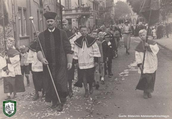 Fronleichnamsprozession um 1934. Vorne: Hr. Moritz, dahinter rechts: Willy Adelskamp. Quelle: Bildarchiv Adelskamp/Kirschbaum