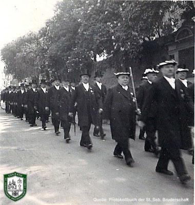 Schützenzug vorbei an der Kirche 1934. Quelle: Protokollbuch der SSB