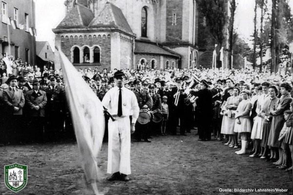 Königsproklamation auf dem Kirchplatz 1959. Fahnenschwenker Heinz Weyer. Quelle: Bildarchiv Lahnstein/Weber