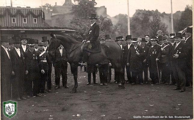 Aufstellung auf dem Schützenplatz. Bildmitte: Joseph Hucklenbroich. Quelle: Protokollbuch der SSB