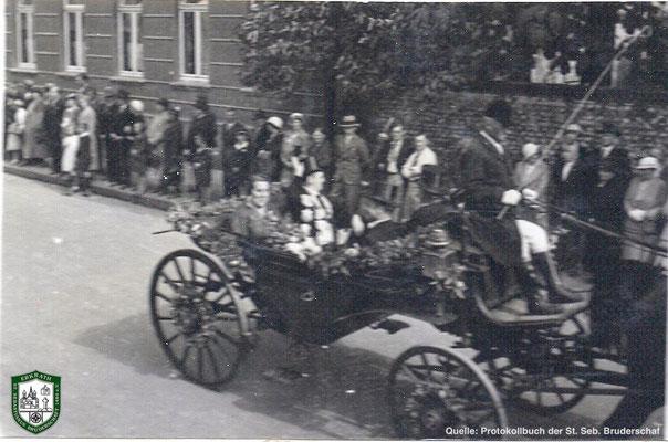 Festzug über die Bahnstraße 1934. Kutsche mit Königspaar Jacob und Margarethe Kirschbaum. Quelle: Protokollbuch der SSB