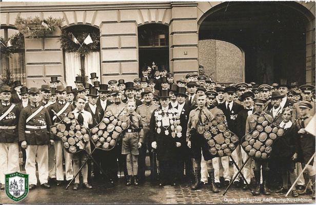 Aufstellung gegenüber der Kirche um 1934. Quelle: Bildarchiv Adelskamp/Kirschbaum