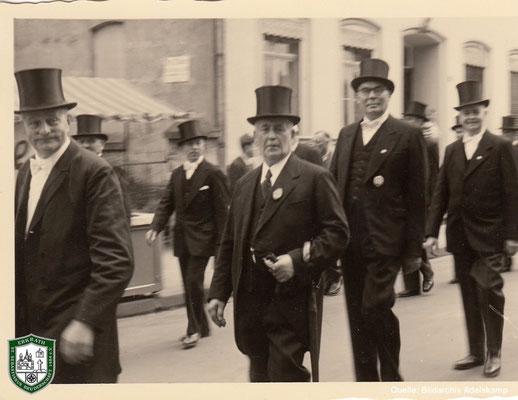 Schützenumzug um 1940. In der Bildmitte: Albert Adelskamp. Quelle: Bildarchiv Adelskamp