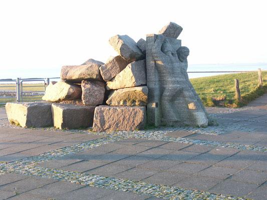 Skulptur Speicherkoog auf dem Deich bei der Schleuse