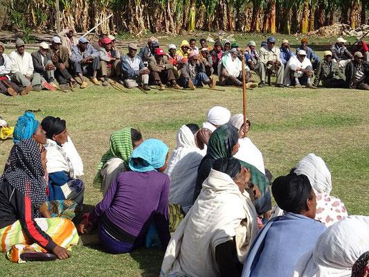 Viele Dorfbewohner warten auf eine neue Solarlampe