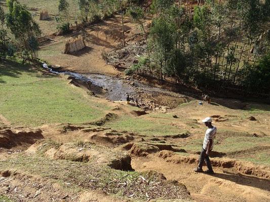 Der Weg abwärts zu Talquelle von Yanbeli
