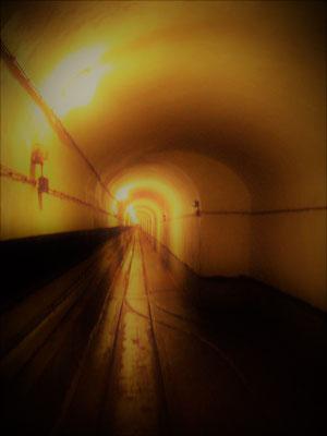 unendlich langer unterirdischer Tunnel - endless underworld tunel - galleria infinita