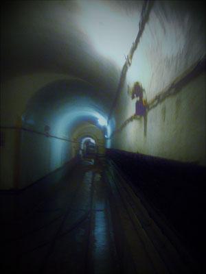 unterirdischer Verbindungstunnel im Bunker - tunnel di collegamento sotterraneo nel bunker - underground connection tunnel in the bunker