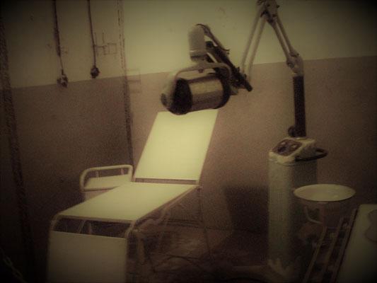 unterirdische Zahnarztpraxis im Bunker mit Röntgenapparat