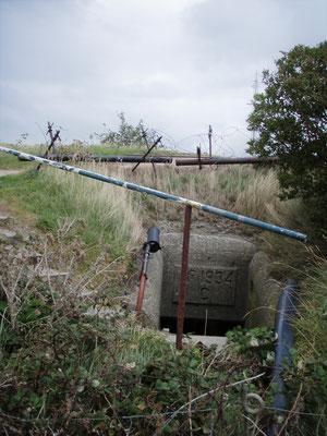 versteckter Bunker Eingang - hidden bunker entrence - entrata nascosta nel bunker
