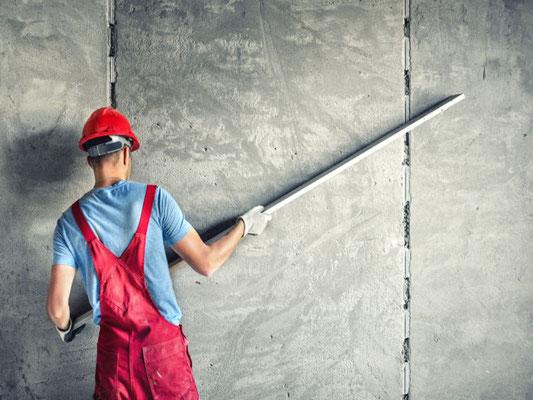 Ein Azubi der 3B Denkmalpflege & Bausanierung GmbH beim verputzen einer Fassade