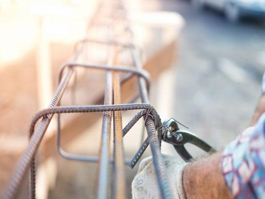 Ein Mitarbeiter der 3B Denkmalpflege & Bausanierung GmbH beim verdrahten von Stahlbeton