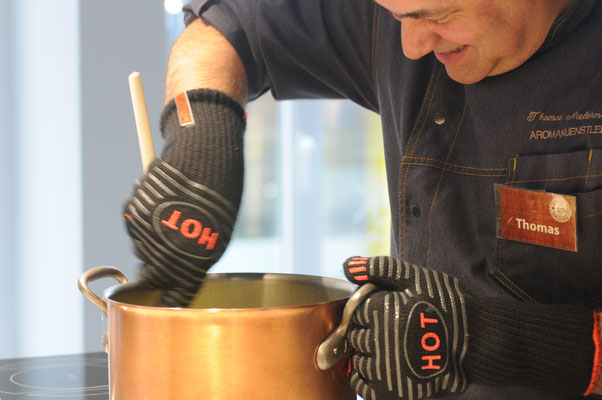 Der Aromakünstler beim Rühren. Kurz danach wir das Fudge  in Form gegossen bevor es händisch portioniert, verpackt  und verschickt  wird.