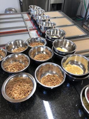 Vor dem Kochen unserer Fudge Caramel Sorten werden die Zutaten portioniert. Allein der Geruch macht Appetit nach mehr.
