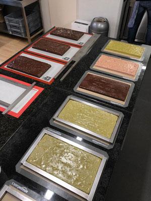 Frisch gegossene Fudgesorten in voller Pracht und  Farbe. Je nach Zutaten und Edel-Schokoladensorten entstehen so ohne jegliche Zusatzstoffe und künstliche Aromen die tollen Farben und Geschmacksrichtungen.