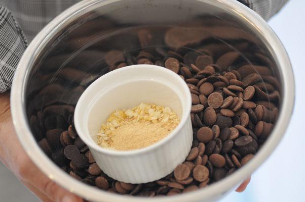 Edelschokolade Chips eine unserer Grundzutaten für unsere leckeren Fudge Karamell Sorten. Je nach Kakaoanteil enstehen so unsere vielfätigen Sorten von Hell bis Dunkel, auch für Veganer und natürlich zartschmelzend auf der  Zunge.