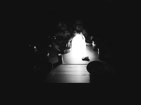 Repas du soir, lanterne bonbonne d'eau...