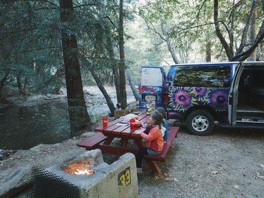 Petit déjeuner au bord de la rivière