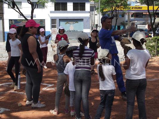 Professor Agnaldo ensinando garotas a jogar (2012)