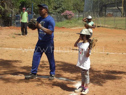 Professor Agnaldo ensinando garotas a jogar