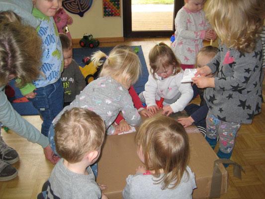 """Spendenübergabe an Kinderkrippe """"Rappelkiste""""; Kinder hatten viel Spaß beim Auspacken"""