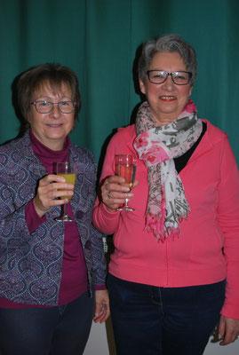 Irene und Anette singen 30 Jahre im Chor. Darauf stoßen wir an