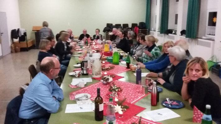Weihnachtsfeier im stimmungsvoll geschmücktem Gemeindehaus