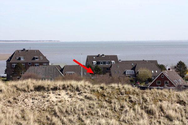 """4 Sterne Ferienwohnung """"Wattstube"""" - Rückansicht, der Pfeil zeigt auf den Balkon der """"Wattstube""""."""