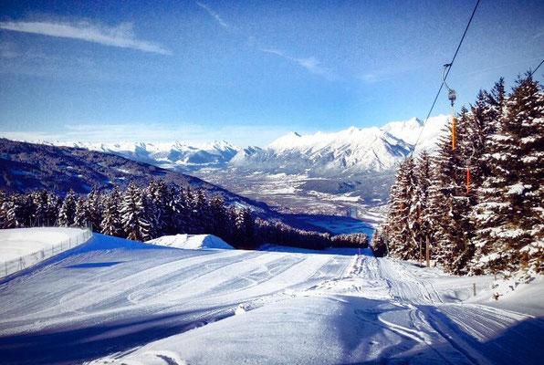 Schifahren am Hüttegglift mit Blick auf das Inntal