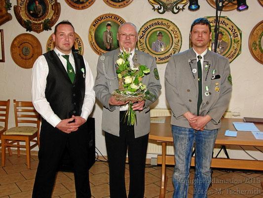der neue Schützenkönig: Wilfried Rienecker mit seinen beiden Rittern