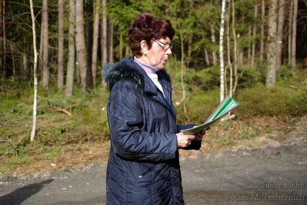 Gerlinde Beyer hielt eine Rede, die die Geschichte der Eiche darstellte