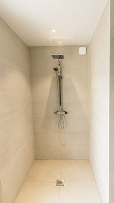 douche à l'italienne spacieuse