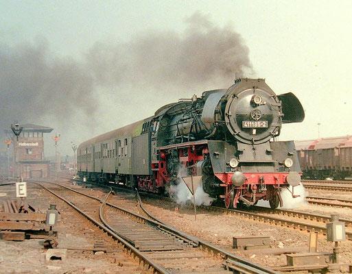 Lok 41 185 bei Ausfahrt aus Bahnhof  Halberstadt um 1987