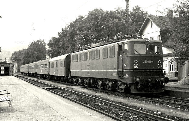 251 015 abfahrbereit mit Persoenzug nach Königshütte im Bahnhof Blankenburg 1981