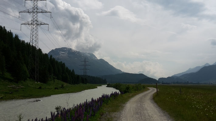 Veloweg im Tal bei Bever