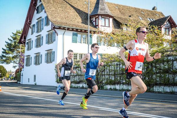 ... zwei Läufer überholen