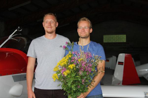 Fluglehrer Michi mit Philipp - Herzlichen Glückwunsch!