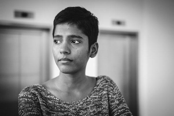 Foto einer Inderin die verträumt in de ferne Blickt