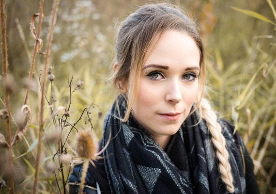 Natürliches Bild einer Frau auf einer Wiese