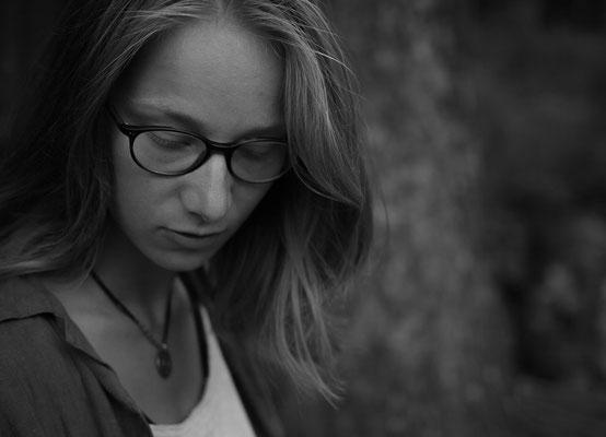 Melancholisches dunkles Bild einer Frau mit gesenkten Blick