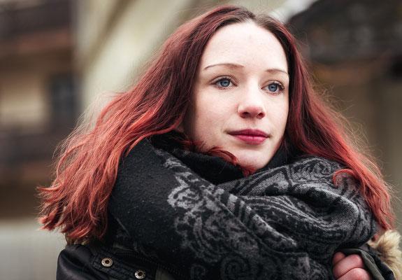 Frau mit roten Haaren und Schal in Lauf
