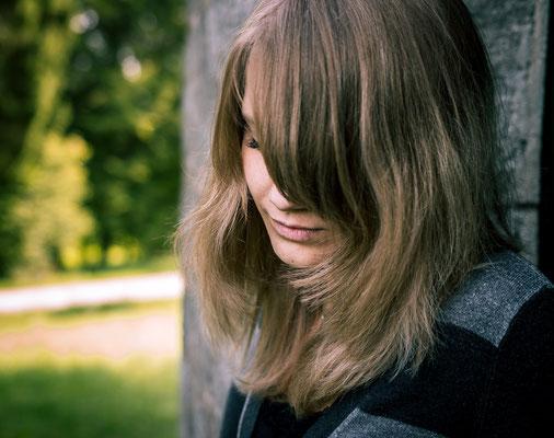 Melancholisches Foto einer Frau mit gesenkten Kopf