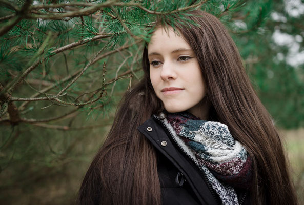 Ruhiges Foto einer Frau im Wald